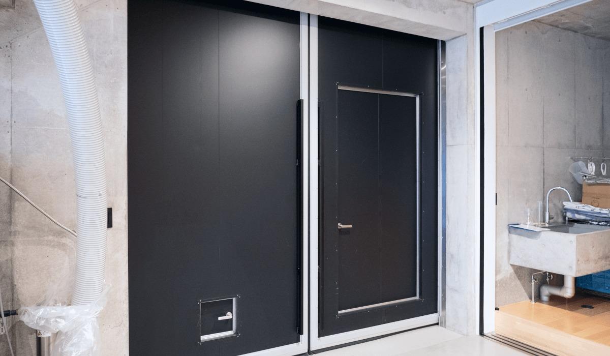 艶消ブラックのインフィット防熱扉